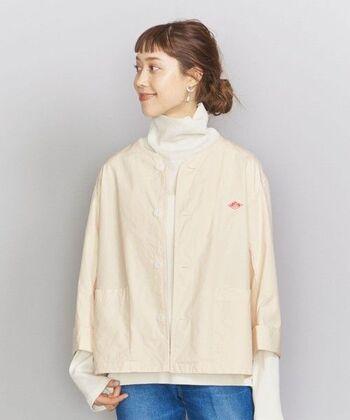 ノーカラーのコットンジャケットは、シャツ感覚で着られる1枚。長い袖を出したり、初夏にはノースリーブの上に羽織ったりと活躍の幅も広がりそう。