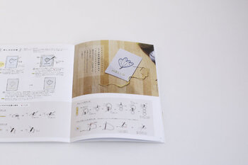 中には、涼しげなおやつや紙ししゅうの作り方を紹介するミニコラムも。単なるパターンブックではなく、眺めているだけで何か作りたくなるリトルプレスのようです。