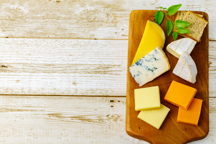 幸せホルモンと呼ばれるセロトニンを作る時に必要な「トリプトファン」が含まれていると言われている乳製品。牛乳やチーズにはカルシウムも豊富なので、イライラを抑制する効果も期待できるのだとか。心身のバランスを整えるためにも工夫しながら摂りたい食材と言えそうです。