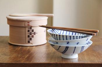 平形(ひらなり・ひらがた)というのは、口縁が大きくて、見込みの浅い形状のうつわを指し示します。  お皿の場合は、平皿。茶碗の場合は、よく平茶碗と言われています。