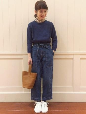 「ブルー×デニム」と同系色とまとめると、落ち着いた大人の印象に。スニーカーと合わせても、革靴などと合わせても相性抜群!
