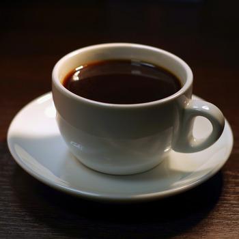 ブレンドコーヒーは、複数の種類の豆を配合してバランスの良い味わいを出しているコーヒーです。飲みやすく、かつ飲食店でも味を安定させやすい特徴があります。