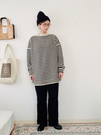 ゆったりサイズのボーダーガンジーセーターを使ったシックなモノトーンコーデ。ニット帽も黒で統一して、カジュアルながらも大人っぽい着こなしに。