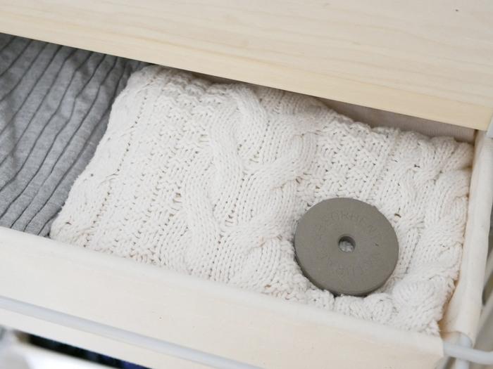 珪藻土を衣装ケースの中に入れておけば、大切な衣類を湿気や臭いから守ってくれます。市販の乾燥材の香りが苦手な人は、無臭の珪藻土がおすすめ。繰り返し使えるのでシーズンごとに買い替える必要もなくエコになります。リングの見た目もかわいくて◎