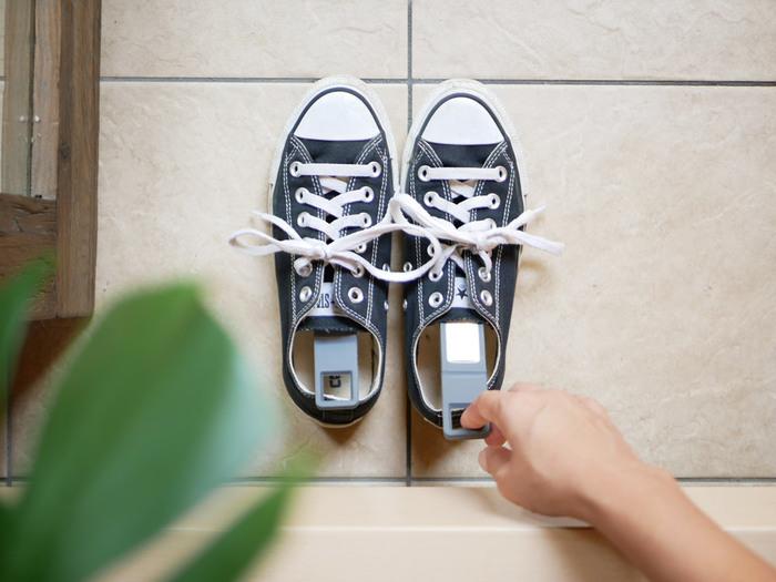 ハンガーに使える珪藻土スティックは靴の消臭にもぴったり。脱いだ後の靴に入れておけば、汗による湿気や臭いを吸い取ってくれます。雨が降った時に濡れた靴を乾かすのにもおすすめです。