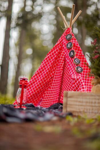 メッセージ入りのガーランドを吊り下げるアイデアも◎輪切りにした木の枝や厚紙などで手作りしてみましょう。お子さんやペットの名前にすると特別感がアップします。