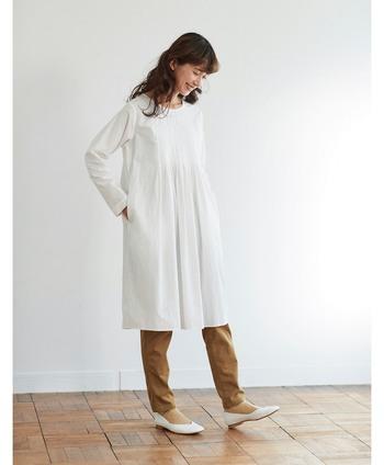 秋田県にある「SH.K.PRODUCT」という縫製工場にお願いして作ったという、丁寧な手仕事を感じられる白いチュニック。シンプルなデザインですが、胸もとの均一なタックは、職人さんによって一つひとつ手作業で作られたもの。清楚で可憐なすずらんのようなチュニックに仕上がりました。