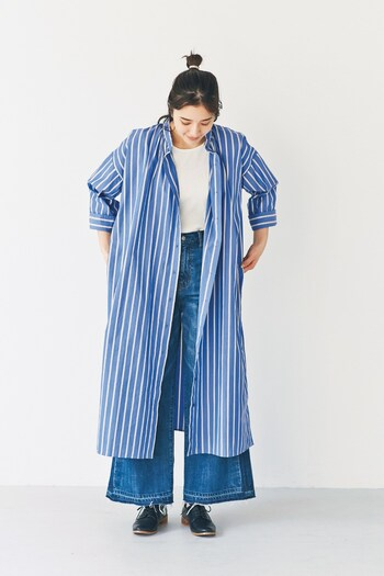1枚で着ても、羽織って着ても、ちゃんとトレンドを押さえたコーデに仕上げてくれるシャツワンピ。 ちょっぴり短い八分袖がちょうどいい抜け感をプラス。端正な佇まいのスタンドカラーに、爽やかなブルーのストライプが、春の気分を高めてくれます。これからの時季の相棒ワンピとして活躍しそう。