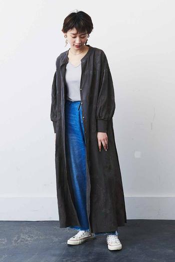 ミリタリーのサージカルコートから着想を得たガウンワンピース。リュクスな雰囲気を漂いつつも、ヴィンテージ感がちょうどよいラフさを与えてくれる一枚です。 品格のあるカットジャカード素材を使用した、前後で着られる2way仕様。