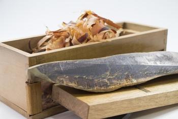 濃厚な旨味を持つかつお出汁は、昔から主に北海道や関東で愛されてきました。出汁に使うかつお節は2種類あり、カビ付きの茶色いものが「枯節」、カビなしの黒いものが「荒節」といいます。枯節は味もお値段もリッチ、荒節は手頃な値段で手に入り、普段使いに向いています。