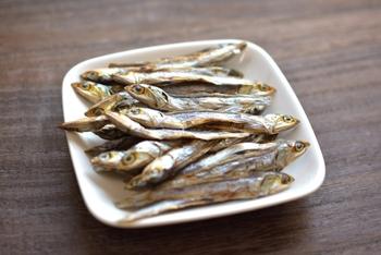 お味噌汁によく使われる煮干し出汁。四国や九州で親しまれてきました。使う魚はカタクチイワシがポピュラーですが、マイワシやサバ、トビウオが使われることも。魚の旨味がしっかり感じられる出汁がとれます。