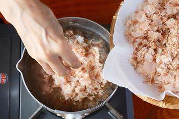 煮物やお味噌汁に適した一番出汁は、かつおの香りがしっかり感じられます。沸騰させた鍋にかつお節を入れる時は、火を止めることを忘れずに。3〜4分おくと、旨味をしっかり出すことができます。