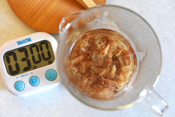 水を沸騰させたり、かつお節を煮たりする時間がない!でも美味しい出汁が欲しい!という時は、お湯を注いで3分の簡単レシピがおすすめ。パックのかつお節とお湯を容器に入れて蓋をし、3分たったら漉して絞ります。この時に出る出汁がらも、数回分ためて煮出せば二番出汁ができますよ。