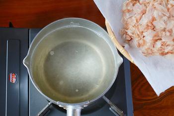 かつお節と昆布を合わせることで、旨味が何倍にも増します。麺のつゆや茶碗蒸し、煮物など色々な料理に使えますよ。昆布→かつお節の順に出汁をとります。