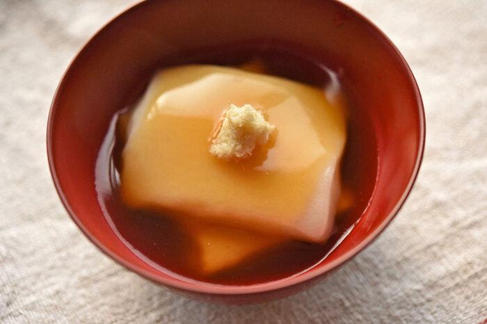 とろりとした餡がお餅に絡んで、お腹も心も満たされる一品です。お餅を焼くか茹でるかした後、和風餡をかけて仕上げます。出汁の旨味と生姜の香りが、お餅によく合いますよ。