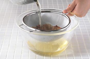 出汁をとるのに特化した「だしとりあみ」は、目がとても細かいのが特徴です。かつお節を余すところなくキャッチして、澄んだ出汁が完成します。