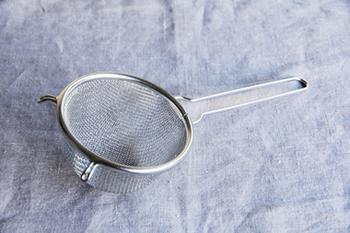 少量の出汁をとるときに便利な万能コシです。目が荒いものと細かいものが合わさっていて、材料を逃さずこすことができます。