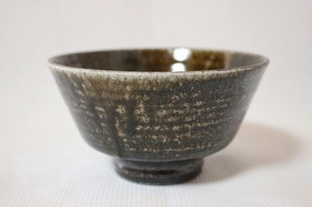 高麗茶碗と呼ばれる茶碗の一つである、井戸茶碗(いどちゃわん)。その碗と同じようなかたちを、井戸形(いどなり)と言います。口が広がっていることが特徴的。  もともとは15-16世紀頃に朝鮮半島から渡来した茶碗のかたちなのだそうで、戦国時代など、古くから茶人に愛され続けている、侘び茶の道具として知られています。