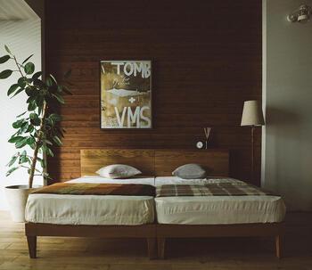 子供が産まれた後でも、こんな風にシングルベッドを2台並べればキングサイズとだいたい同じサイズに。3人で並んでもゆったりと眠ることがでるので安心です。