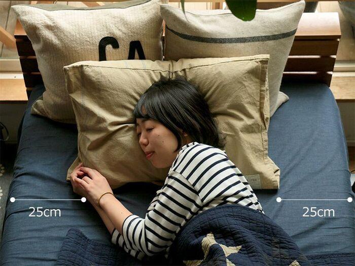 次は大事なベッドのサイズを考えていきましょう。何人寝るのか、お部屋の広さはだけでなく、自分の身体に合った幅を確保できるのかも大事なポイント。一般的に人が寝返りを打つのには左右で25cmずつの幅が必要だといわれています。2人で練るのなら、間に10cmに取って60cmの余裕が必要です。