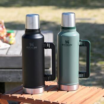 「STANLEY」は創業100年を超えるアメリカの魔法瓶メーカー。その水筒はどれも高い耐久性と機能性を持っています。こちらは持ち手が付いて注ぎやすい、1.9Lの真空ボトル。