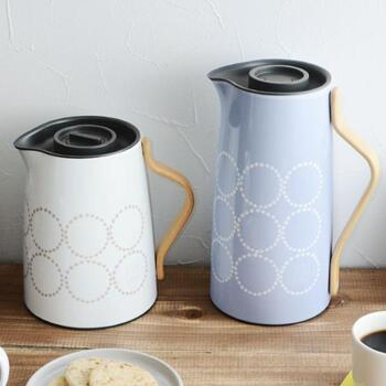 新デザインの「Emma(エマ)」は持ち手部分が木製になったぽってりと優しい佇まい。左は紅茶用の「Tea」(1L)、右はコーヒー用の「Coffee」(1.2L)。ミナペルフォネンとのコラボデザインもおしゃれですね♪(現在は完売しています)