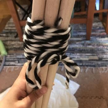 用意したロープを穴に通し支柱を広げながら束ね、しっかりとロープを結びます。支柱は六角形になるように立てます。あとは好きな方の布をかければ完成です♪