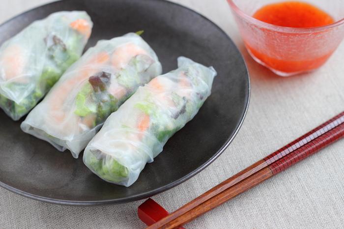 さらに、ライスペーパーやフォーなど、ベトナム料理には日本人になじみ深い「お米」をつかった食材が多いことも特徴的。  さらに、もやし・ニラと相性が良かったり、スープはエビや鶏肉、牛肉などで出汁をとることが多かったり・・・日本の食卓で親しみやすいですよね。ベトナムの食生活を知ることで、身近に感じられるのではないでしょうか。