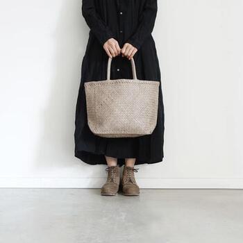 柔らかい革を編んで作ったトートバッグ。色も相まって、優しくナチュラルな印象です。かっちり感のあるコーデが苦手な人も、これなら持ちやすそうですね。