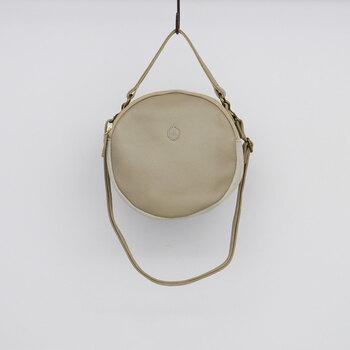 丸い形のバッグは、愛らしい印象を与えます。麻素材と革を組み合わせた面白いデザインで、コーデに変化がほしいときにおすすめです。