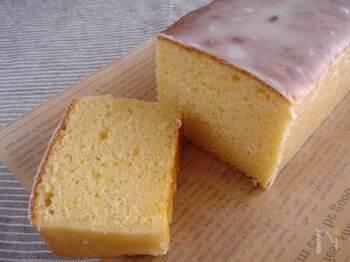レモンが香るしっとりめのケーキに、甘酸っぱいアイシングをまとわせて。国産レモンが出回る、冬にオススメのケーキです。
