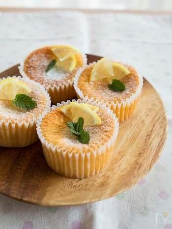 レモンの爽やかな風味が広がる、ふんわり優しいケーキ。レモン果汁だけでも作れますが、レモン皮のすりおろしを加えると、爽やかな風味に仕上がるそうです。