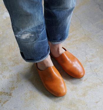 カジュアルなファッションだからこそ、足元はこだわったものを履きましょう。明るい茶色のスリッポンは、気負わず使えるデザインながら、デニムコーデを品の良いものにまとめてくれます。