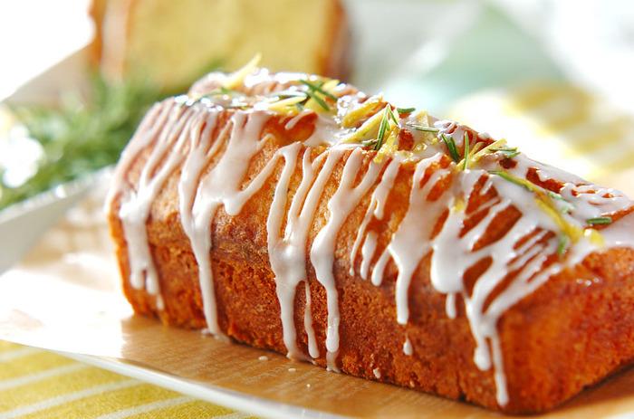 ローズマリーの芳醇な香りが引き立つ、ちょっぴり大人のケーキ。トッピングにもローズマリーと刻んだレモンピールをのせて。