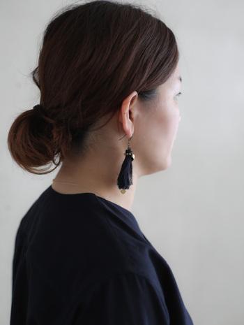 シンプルコーデは、メイクもミニマルになる分顔の印象が地味になりがち。大きめのピアスかイヤリングを身に着けるだけで、華やかになります。