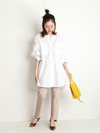 白シャツにベージュボトムスはとても清潔感が出る組み合わせ。オフィスコーデにもおすすめです。
