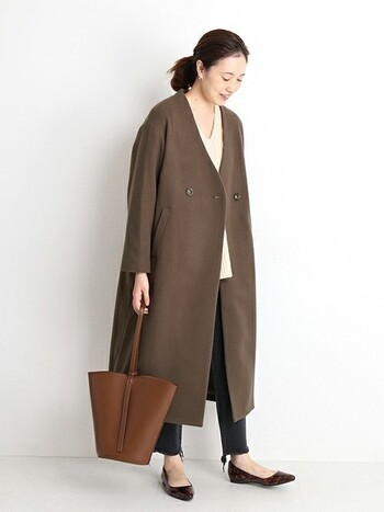 キレイめに見せたいときはノーカラーコートがおすすめ。シンプルなデザインが洗練された印象に見せてくれます。