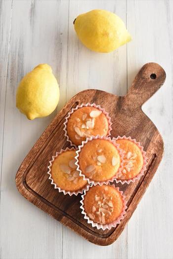 マドレーヌ風のレモンケーキ。トッピングにのせたスライスアーモンドが香ばしくてアクセントに。