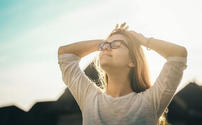 デスクワークが多い方、パソコンやスマホを使うことが多い方は肩こりを起こしやすくなっているので、首ヨガで肩回りをほぐしましょう。肩こりを改善することで首のダルさが消え、たるみを予防改善します。