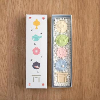 打出小槌や桜などのかわいらしい木型で作られた落雁は、それぞれ柚子や桜など5つの味を楽しめます。さらに箱には伊勢神宮のお白石をイメージして敷き詰められた、たくさんの金平糖が。  かわいらしいパッケージなので、プレゼントにもおすすめの干菓子です。