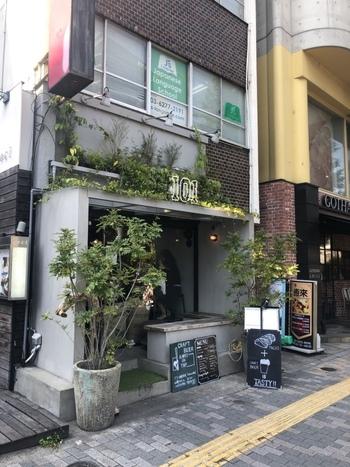 恵比寿駅の西口から徒歩約3分の場所にお店を構える『101 TOKYO』です。「101」の白ネオンが目印。