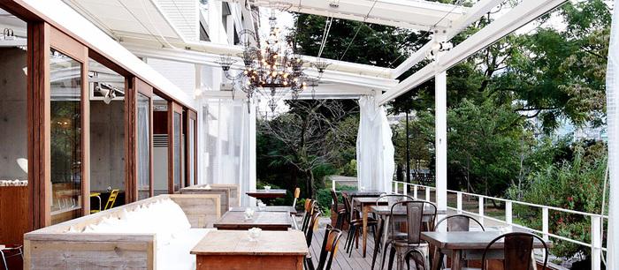 「43 (キャラントトロワ)」は、広島駅南口から徒歩10分ほどの川沿いに建つホテルの1階にあるカフェです。店内は木のテーブルが並ぶナチュラルな雰囲気で、緑と川を眺められる清々しいテラス席も魅力的。