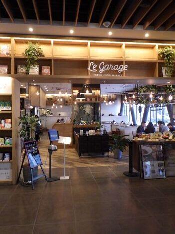 「LE GARAGE(ル ガラージュ)」は、広島駅南口から徒歩1分のエディオン蔦屋家電1階にあります。店内は外光が差し込む明るい雰囲気で、オープンキッチンで作られるピザやパスタのいい香りが店内に漂っています。