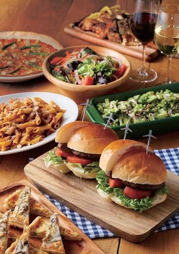 注目すべきは、宮古島で大人気の「DOUG'S BURGER(ダグズバーガー)」がショップ・イン・ショップとして入っていること。ハンバーガーの他にも、ピザやパスタなどメニューもあるので、ちょっとひと休みから空腹を満たしたいときもOKな勝手の良いカフェです。