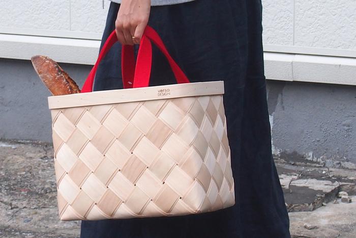 ヘルシンキを拠点に活動する・versoDESIGNの白樺(パーチ)素材のかごバッグ。明るい白木は、使い込むほどに独特の風合いへと変化していきます。二層構造になっているので、安定感もしっかりと!レッドの持ち手がアウトドアにおしゃれなアクセントをプラスしてくれます♪