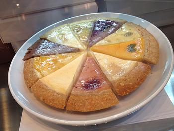 カラフルなチーズケーキは見た目も華やかで、上質なチーズをはじめ、全国各地から取り寄せたフルーツやお野菜が使われているのが特徴です。なかにはフルーツトマトを使った珍しいものもあります。