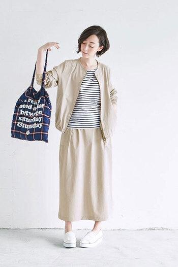 お出かけ前にさっと羽織れるジャケット。クルーネックのシンプルなデザインがどんなスタイリングにも馴染みます。きれいめなスタイリングに仕上がる爽やかなグレーから、シックで落ち着いたブラウン系やブラックなどカラーバリエーションも豊富です。
