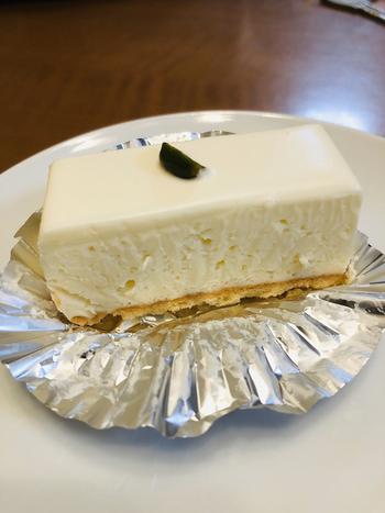 小ぶりなレアチーズケーキは、2種類のデンマーク産クリームチーズとお砂糖、レモンだけと、とてもシンプル。ほんのりとした酸味とサクサクのビスケット生地の組み合わせは、創業当時から変わらない素朴な味わいです。