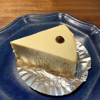 """""""ベイクドチーズケーキ""""として販売されていますが、その食感はレアチーズに近いなめらかさ。どれも甘さ控えめで、食後のデザートにもちょうど良いと評判です。"""