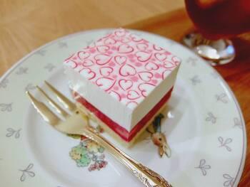 糖質を控えたい方には「スリム・レアチーズ・フレーズ」がおすすめです。レアチーズクリームと、つぶつぶ感を残したイチゴのコンポート、アーモンドを使用したスポンジの組み合わせは糖質オフとは思えないおいしさ。さっぱりしたチーズケーキがお好みの方にも人気です。